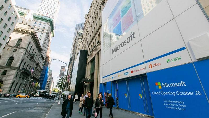 نگاهی به فروشگاه مایکروسافت واقع شده در نزدیکی مکعب شیشهای معروف اپل در خیابان پنجم نیویورک