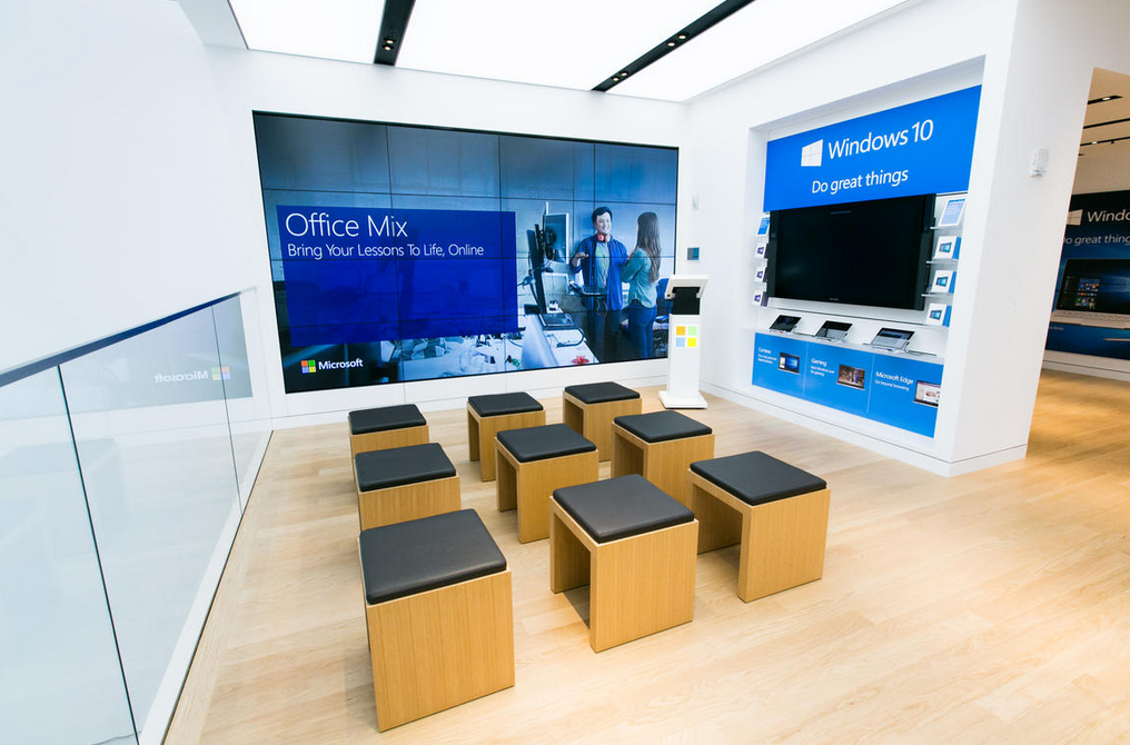 نگاهی به فروشگاه مایکروسافت نزدیک مکعب شیشهای معروف اپل در خیابان پنجم نیویورک