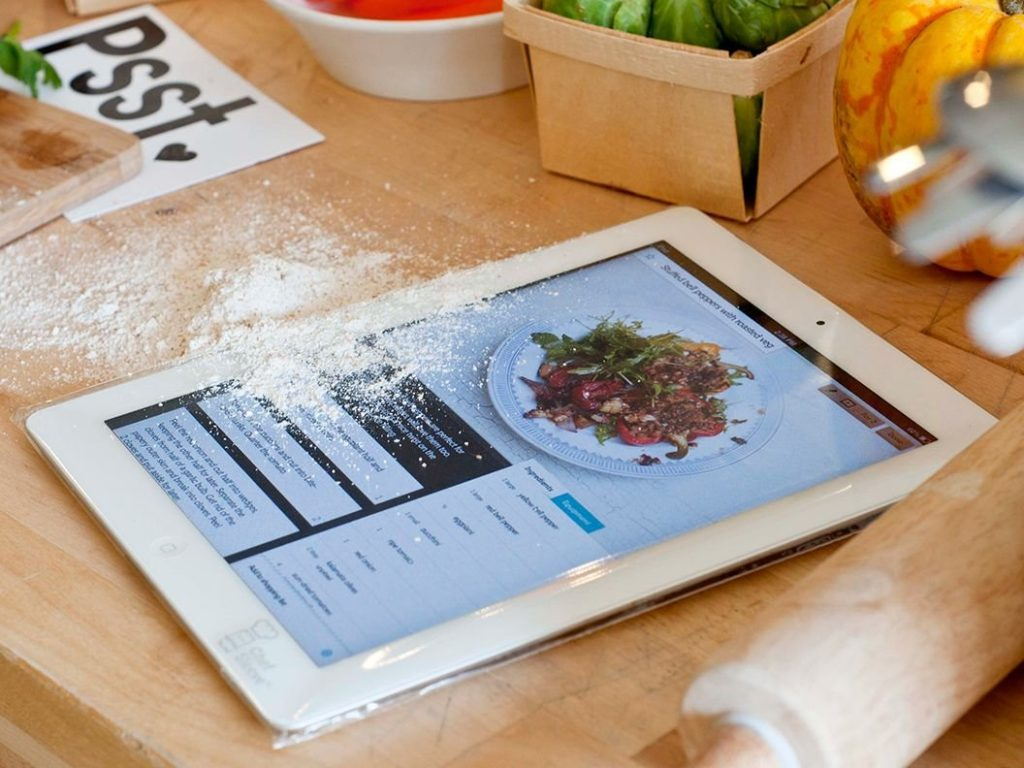 a-disposable-sleeve-to-protect-your-ipad-from-food آشپزخانه 12 ابزار جذاب آشپزخانه مخصوص خانم‌های خوش ذوق a disposable sleeve to protect your ipad from food