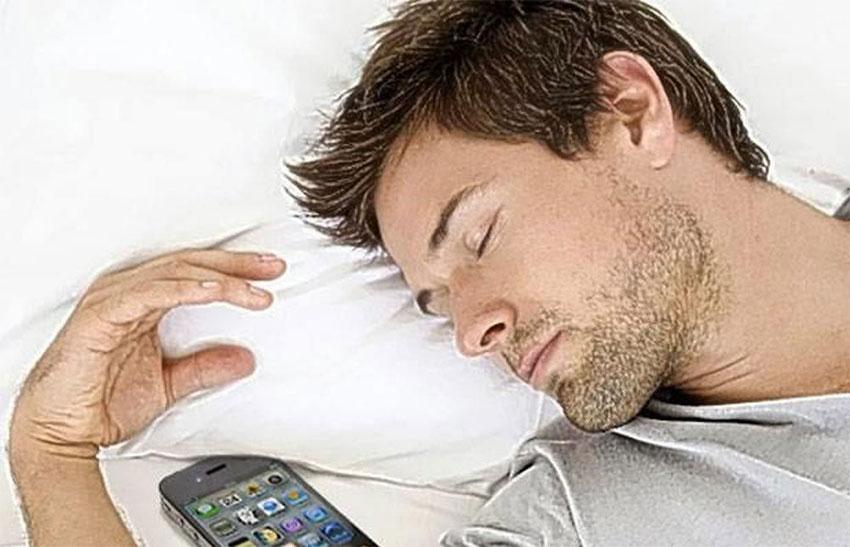 بردن گوشی هوشمند به رختخواب