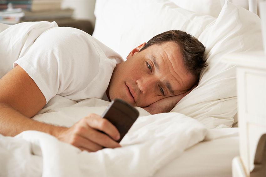 استفاده از گوشی در رختخواب