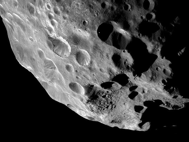 گودال های متعدد موجود در سطح ماه