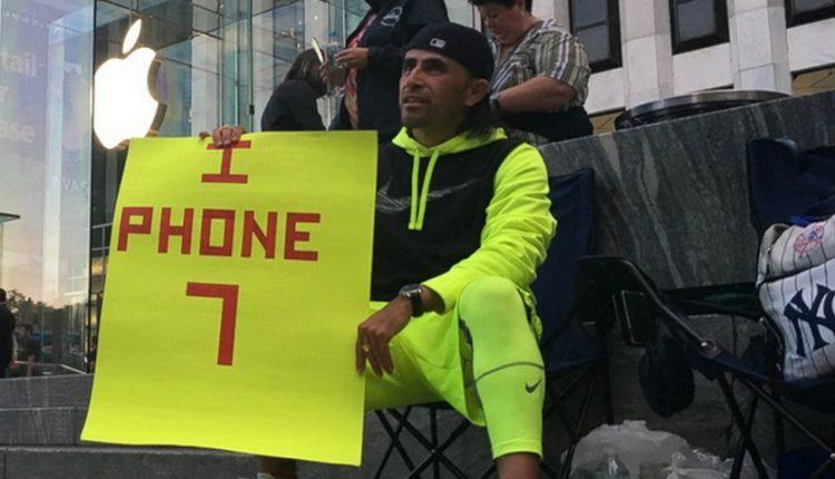 مردی برای خرید آیفون 7 پلاس 23 روز در صف اپل استور منتظر ماند!