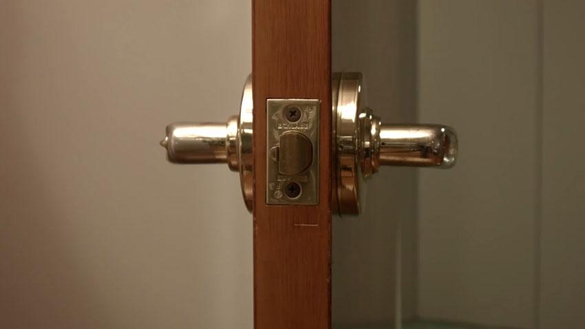 قفل نشدن در (تصویر 1)  خلاقیت کده؛ کاربردهای خلاقانه کشهای لاستیکی Door 01