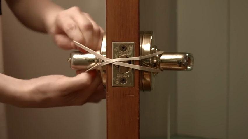 قفل نشدن در (تصویر 3)  خلاقیت کده؛ کاربردهای خلاقانه کشهای لاستیکی Door 03