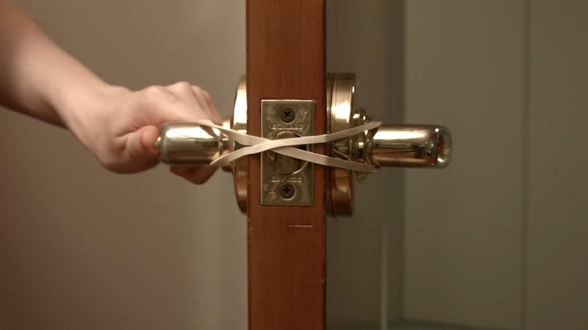 قفل نشدن در (تصویر 4)  خلاقیت کده؛ کاربردهای خلاقانه کشهای لاستیکی Door 04