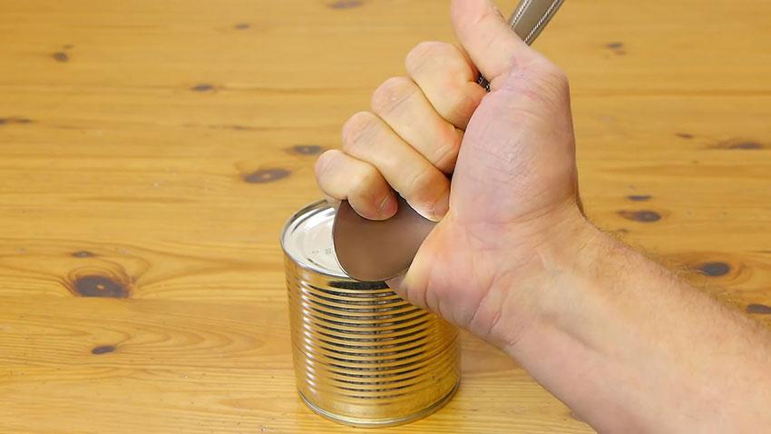 باز کردن قوطی کنسرو با قاشق (تصویر 2)