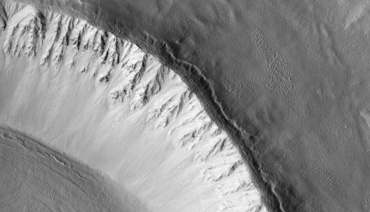 کشف پهنه وسیعی از یخ در مریخ که کمک زیادی به فضانوردان خواهد کرد