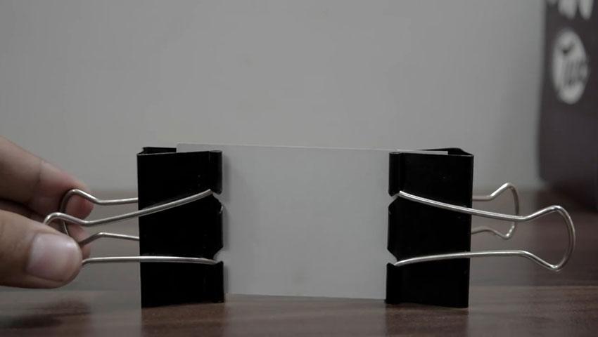 ساخت پایه گوشی با استفاده از گیره کاغذ (تصویر 2)
