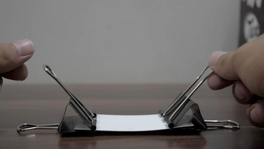 ساخت پایه گوشی با استفاده از گیره کاغذ (تصویر 3)