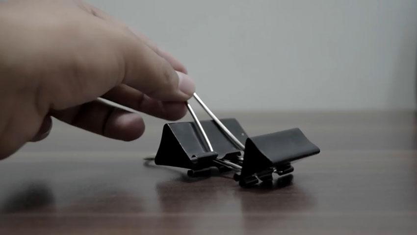 ساخت پایه گوشی با استفاده از گیره کاغذ (تصویر 10)