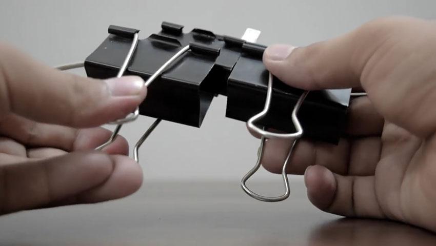 ساخت پایه گوشی با استفاده از گیره کاغذ (تصویر 22)
