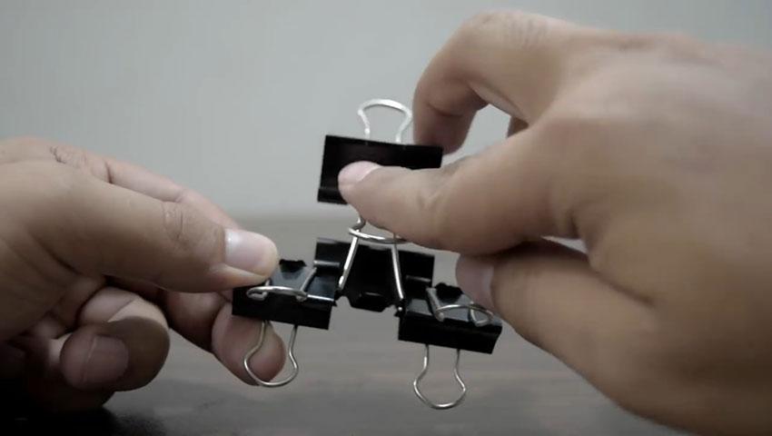 ساخت پایه گوشی با استفاده از گیره کاغذ (تصویر 46)