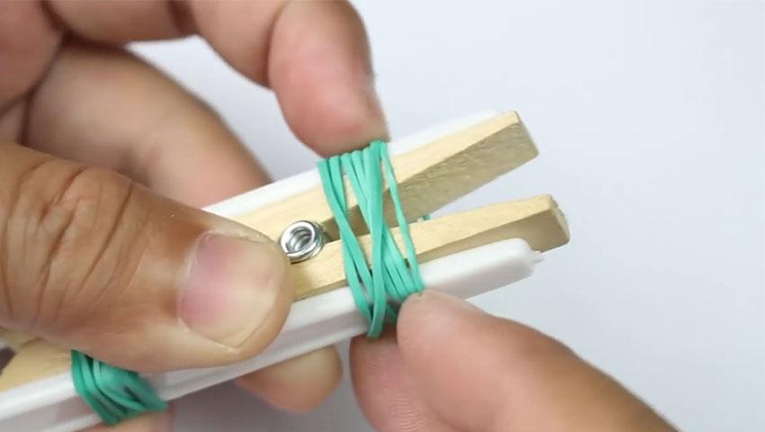 ساخت پایه نگهدارنده گوشی با استفاده از چنگال پلاستیکی (تصویر 5)