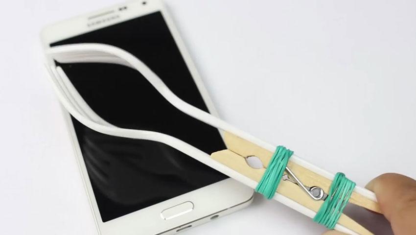 ساخت پایه نگهدارنده گوشی با استفاده از چنگال پلاستیکی (تصویر 7)