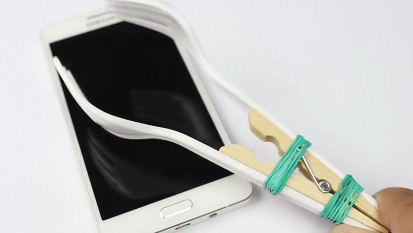 ساخت پایه نگهدارنده گوشی با استفاده از چنگال پلاستیکی (تصویر 8)