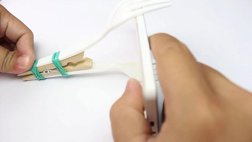 ساخت پایه نگهدارنده گوشی با استفاده از چنگال پلاستیکی (تصویر 10)
