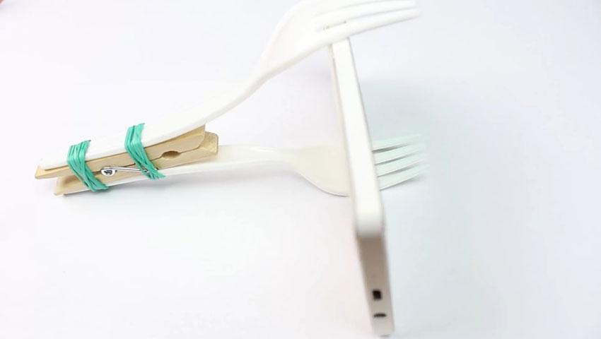ساخت پایه نگهدارنده گوشی با استفاده از چنگال پلاستیکی (تصویر 11)