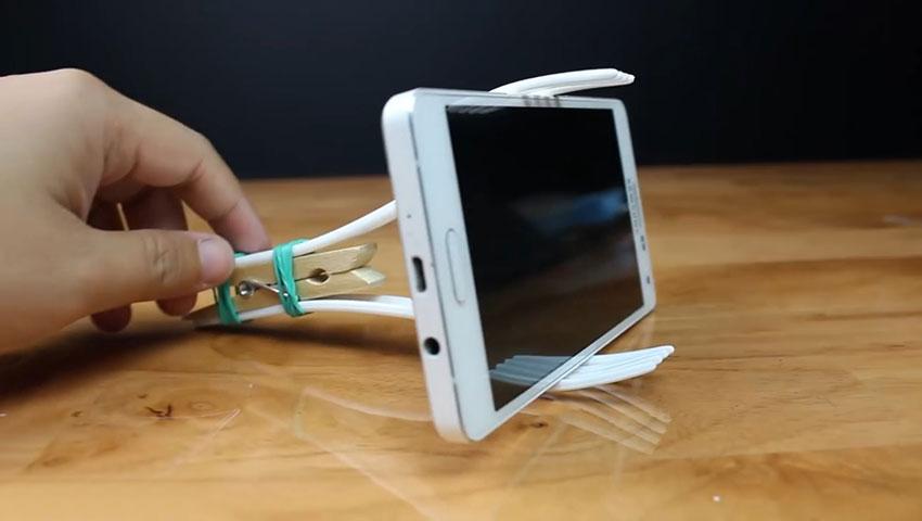 ساخت پایه نگهدارنده گوشی با استفاده از چنگال پلاستیکی (تصویر 12)