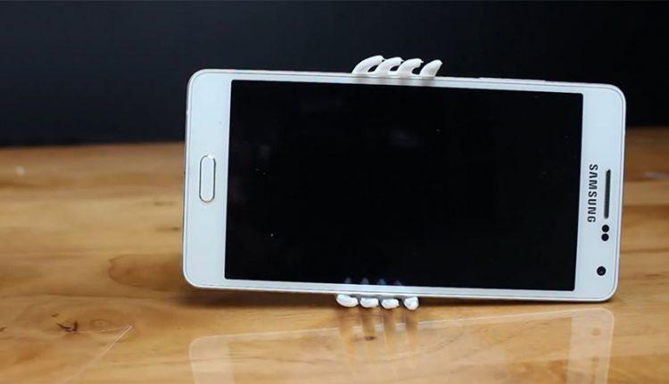 ساخت پایه نگهدارنده گوشی با استفاده از چنگال پلاستیکی