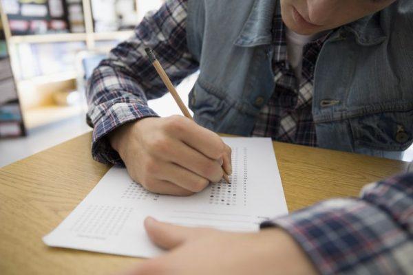 high school student completing multiple choice test form 595348789 584af4975f9b58a8cd4c285a 600x400 - ترفندهایی برای سریعتر یادگرفتن یک مهارت جدید