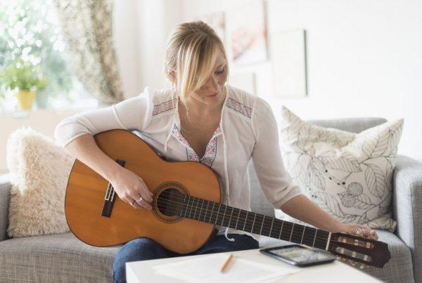 usa new jersey woman sitting on sofa and playing acoustic guitar 539668759 584aeff05f9b58a8cd4b1586 600x403 - ترفندهایی برای سریعتر یادگرفتن یک مهارت جدید