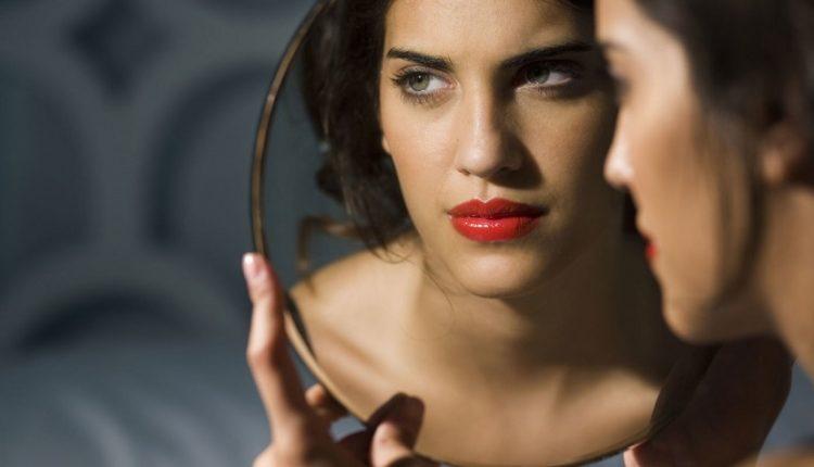 ۶ کاری که افراد با اعتمادبنفس پایین در شبکههای اجتماعی انجام میدهند!