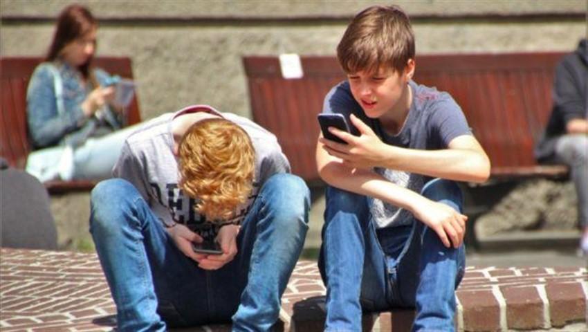بیش از ۳۳۰۰ برنامه در پلی استور به طور نادرستی مشغول ردگیری کودکان هستند