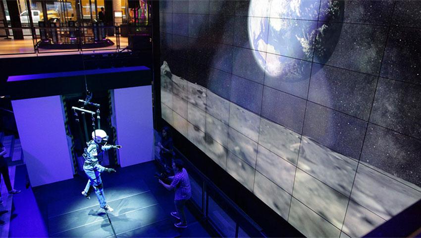سامسونگ پیادهروی بر روی کره ماه را به کمک واقعیت مجازی شبیهسازی میکند!