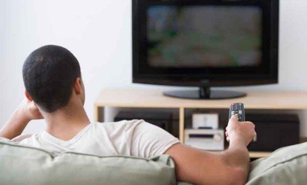 man watching tv  600x362 - 10 عادت غیرمتعارف که باعث نادیده گرفته شدن اهداف میشود!
