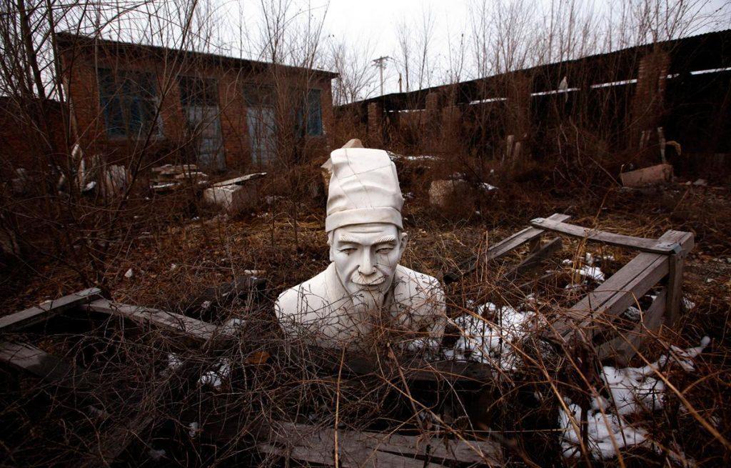 مجسمه کنفوسیوس در تعمیرگاه رها شده در شهر پکن