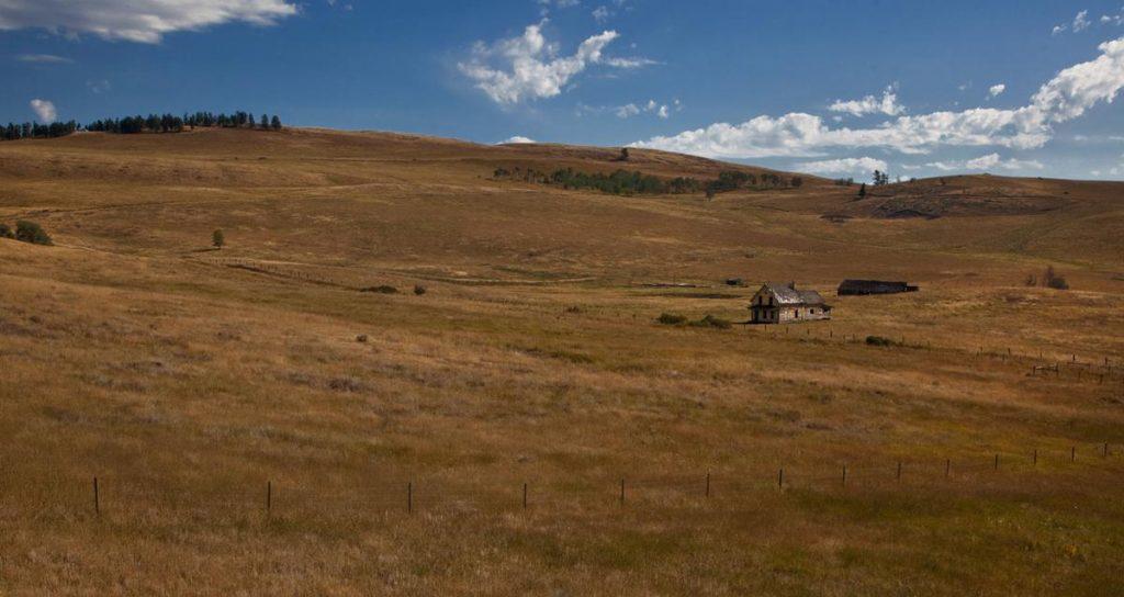 مزرعه ای که برای مدت های طولانی در یکی از شهرهای کلمبیا رها شده و منطقه ارواج شهرت دارد