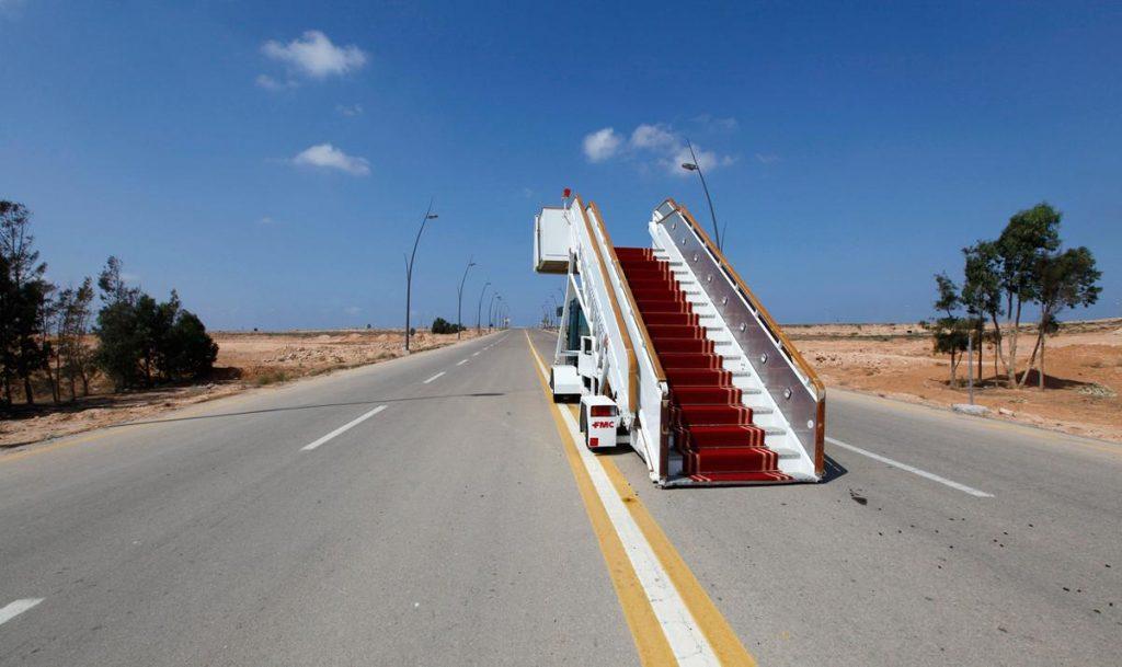 راهروی فرودگاهی که در یکی از خیابان های لیبی به حال خود رها شده