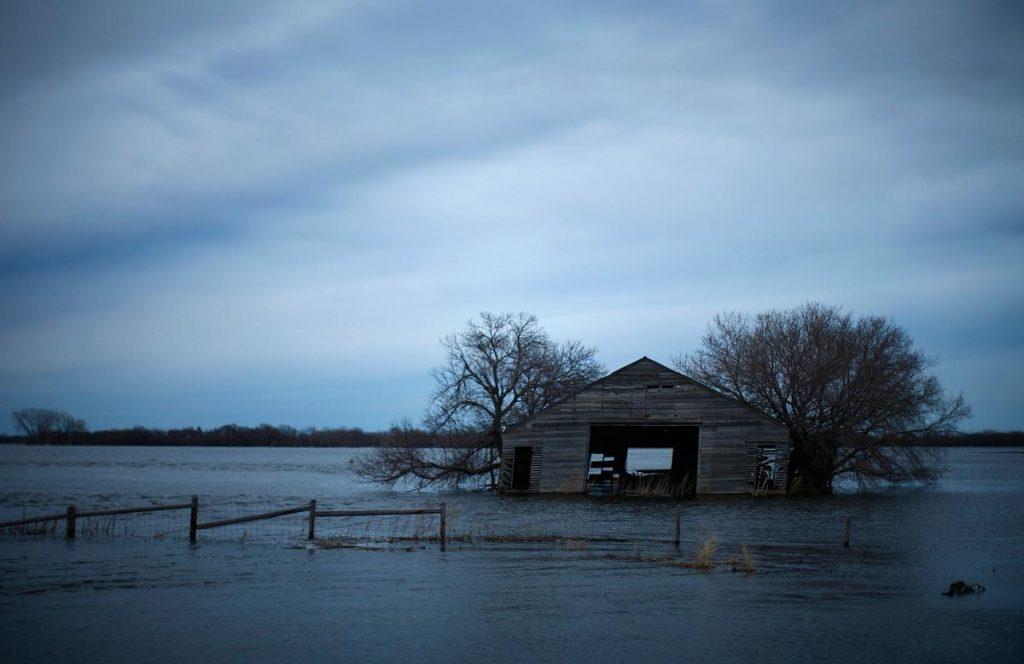 انبار رها شده و آب گرفته دربندر بزرگ خلیج داکوتای شمالی، آمریکا