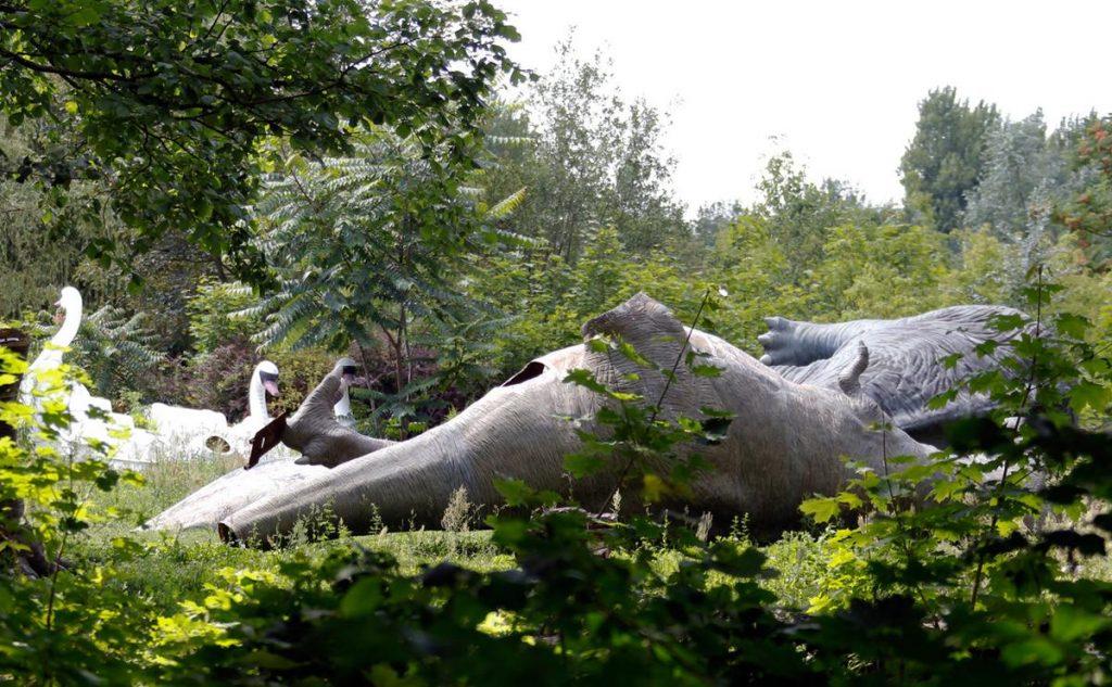 نمایی از دایناسورهای فایبر گلاس در یک پارک تفریحی رها شده در برلین