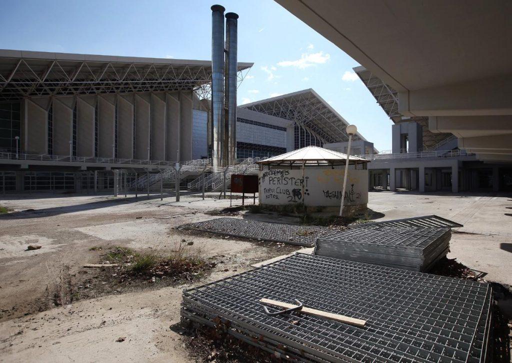 بخشی رها شده از یک سالن ورزشی در مجتمع مسابقات المپیک 2004 در آتن، یونان