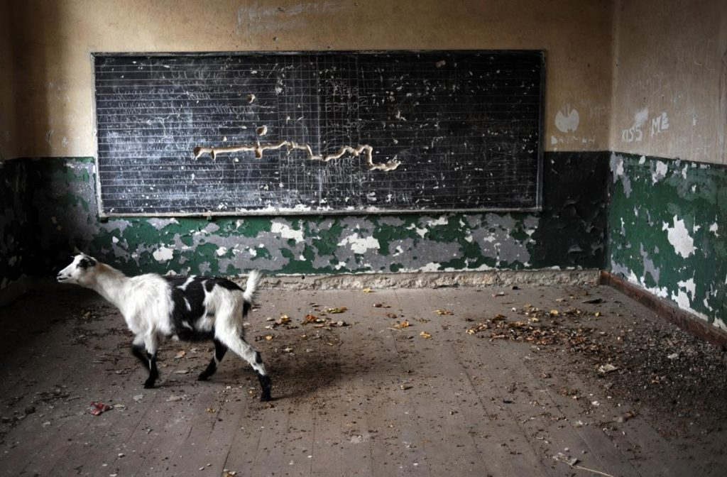 مدرسه ای ویران شده و خالی از دانش آموز در کشور بلغارستان که سال هاست بی استفاده باقی مانده