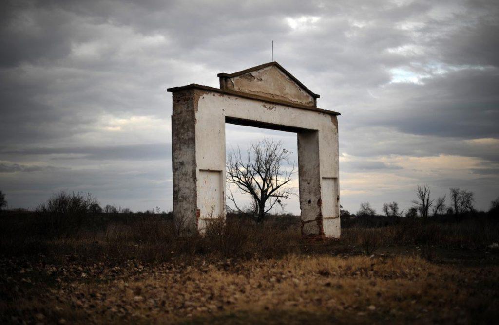 دروازه اصلی یک مزرعه رها شده در یکی ازروستاهای بغارستان