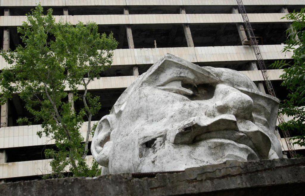 بنای تاریخی بنیانگذار شورای دولتی شوروی، ولادیمیر لنین در مقابل کارخانه متروک