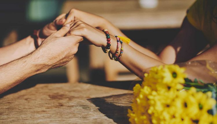 چطور از عشق و علاقه کسی به خودمان با خبر شویم