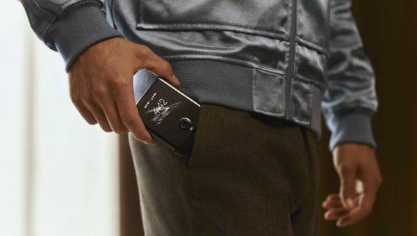 گوشی انعطافپذیر «موتورولا ریزر» بالاخره معرفی شد؛ نوستالژی موبایلهای تاشو!