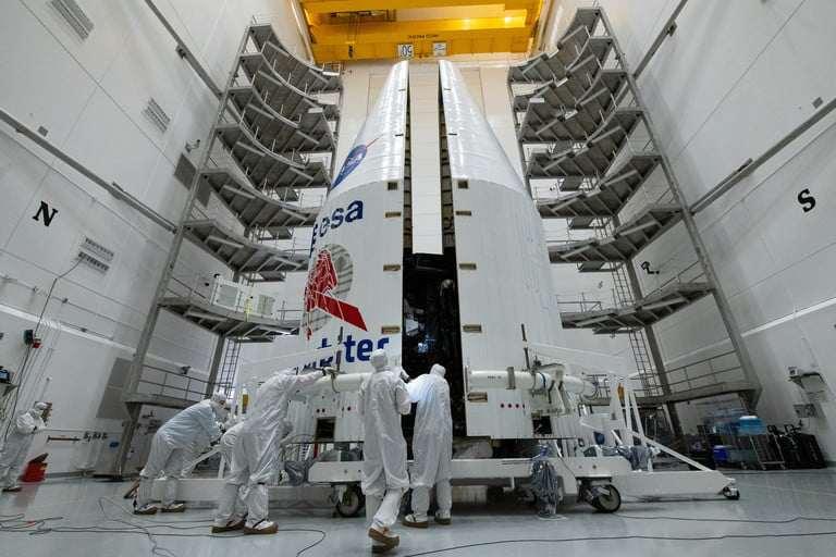 بارگیری مدارگرد خورشیدی آژانس فضایی اروپا به راکت 411 اتلس 5 در مرکز پردازش بار استروتک در نزدیکی مرکز فضایی کندی در فلوریدا پیش از تاریخ پرتاب آن در 21 ژاویهی 2020.