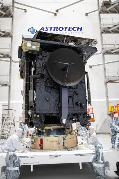 مدارگرد خورشیدی برای بار زدن به اتلس ۵ آماده میشود. لایهی نازکی از ورق تیتانیومی برای بازتاب گرما و همچنین صفحاتی برای پشتیبانی در این مدارگرد تعبیه شده است.